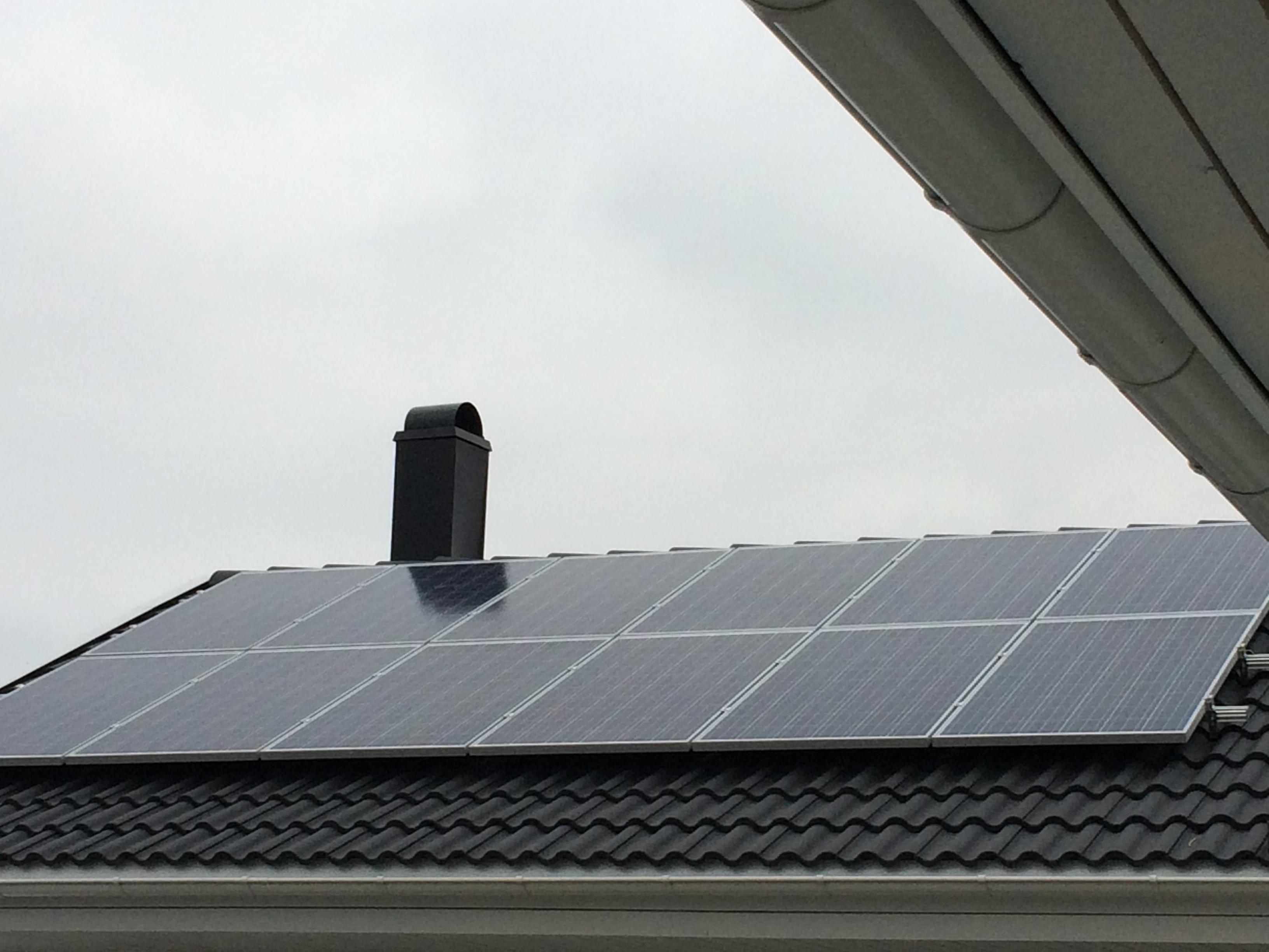 Bostadshus har fatt solpaneler pa taket 3